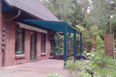 Grüne Terrassenüberdachung im Wald